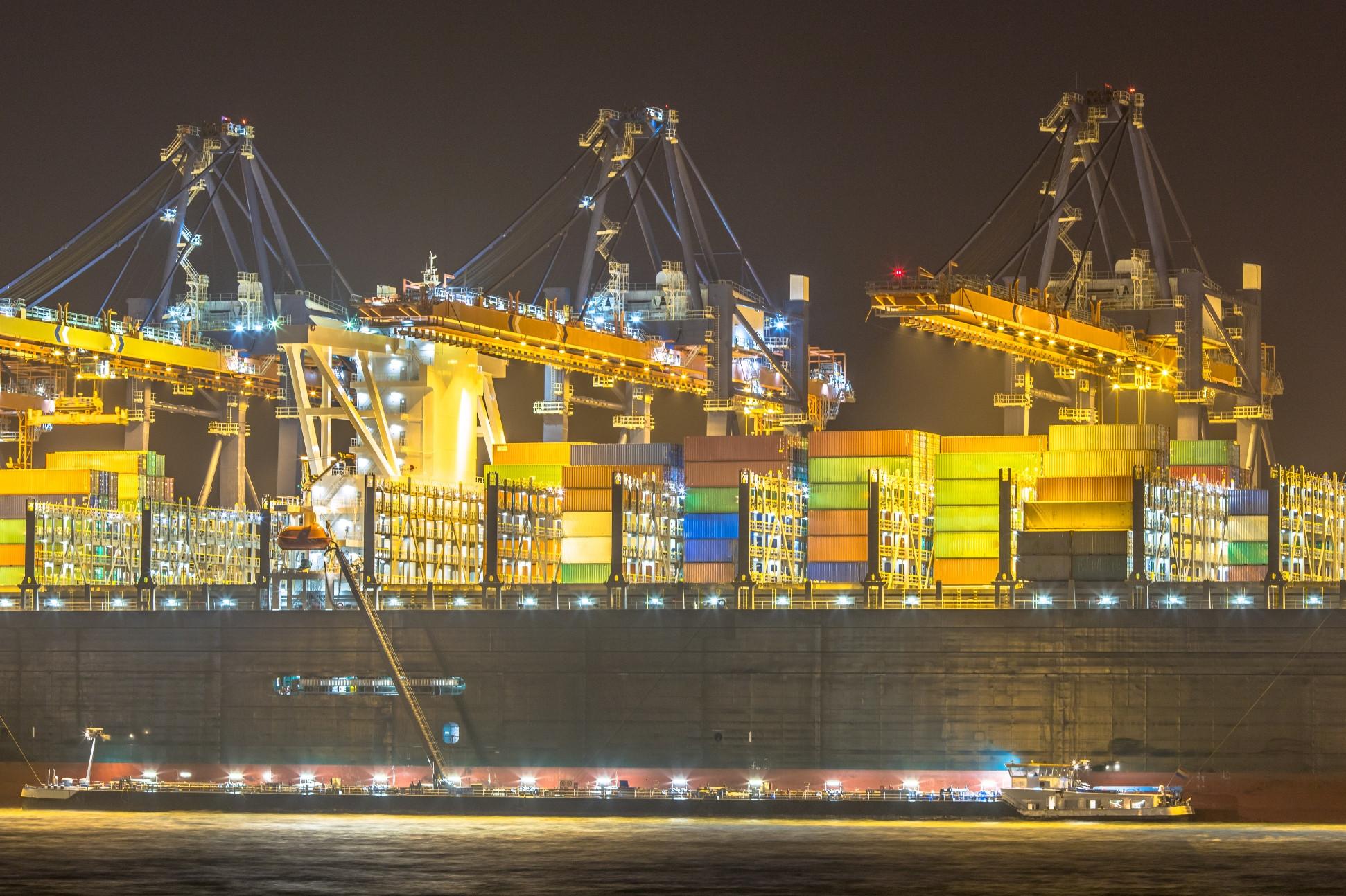 Ontladen containerschip